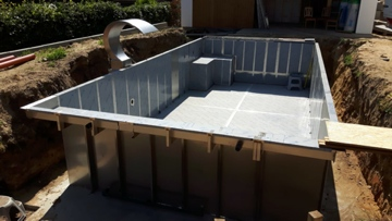 Inox zwembad kuip tijdens bouwproces